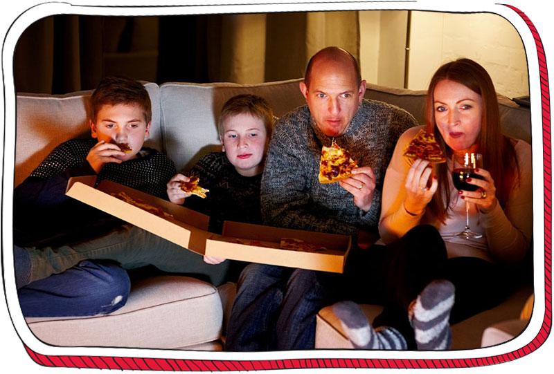 משפחה אוכלת פיצה