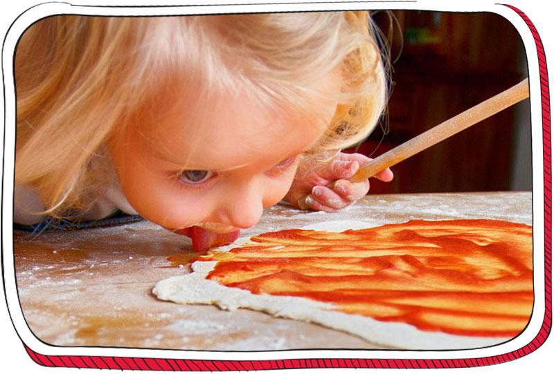 ילדה מלקקת רוטב פיצה