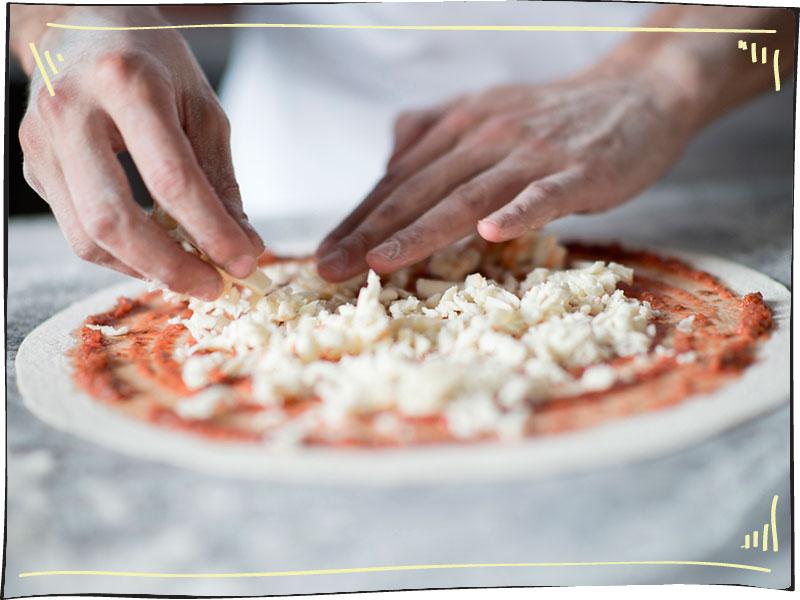 תהליך הכנת פיצה