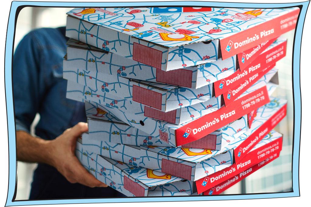 אדם מחזיק מגשי פיצה של דומינוס