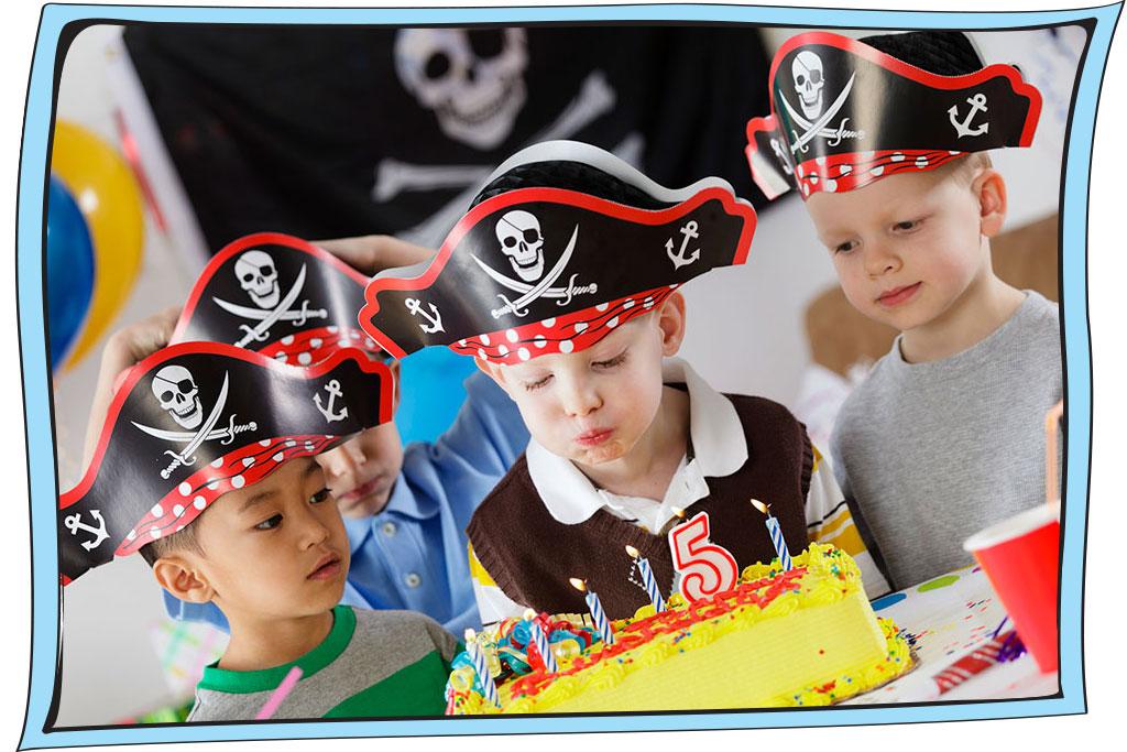 ילדים עם כובעי פיראטים ביום הולדת