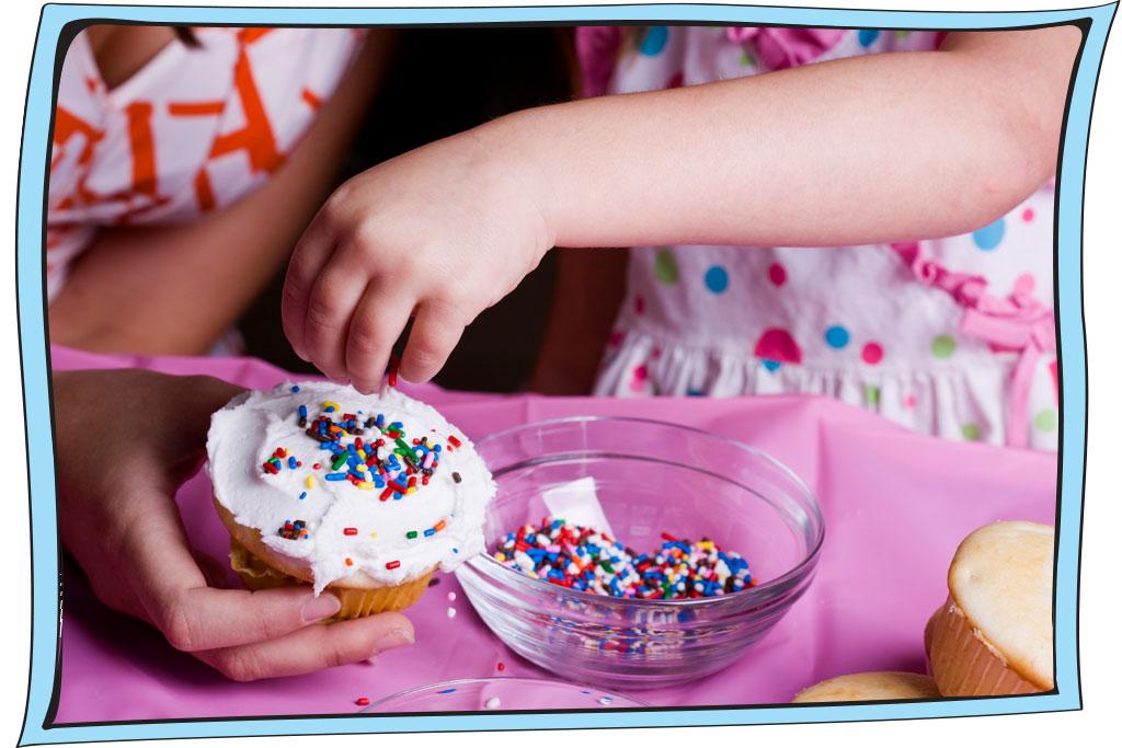 ילדים שמים סוכריות על קאפקייק