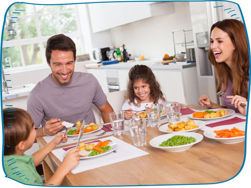 משפחה אוכלת ארוחה