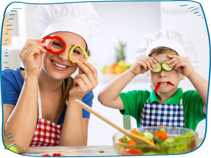 אמא ובן משתעשעים במטבח